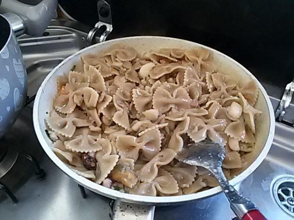 Cuocete il pesce a fuoco lento, salatelo leggermente. aggiungete il peperoncino e continuate a cuocere; dopo circa venti minuti il pesce sarà ben cotto; quando il liquido del pesce si sarà asciugato quasi del tutto toglietelo dal fuoco.