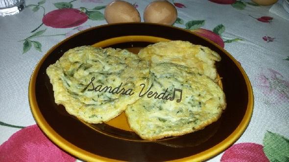 Rimettete la frittata nella padella e finitela di cuocere anche dall'altro lato. La Frittata con asparagi selvatici è pronta da consumare calda.