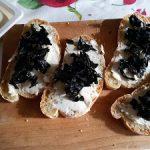 Crostini al gorgonzola e funghi trombette