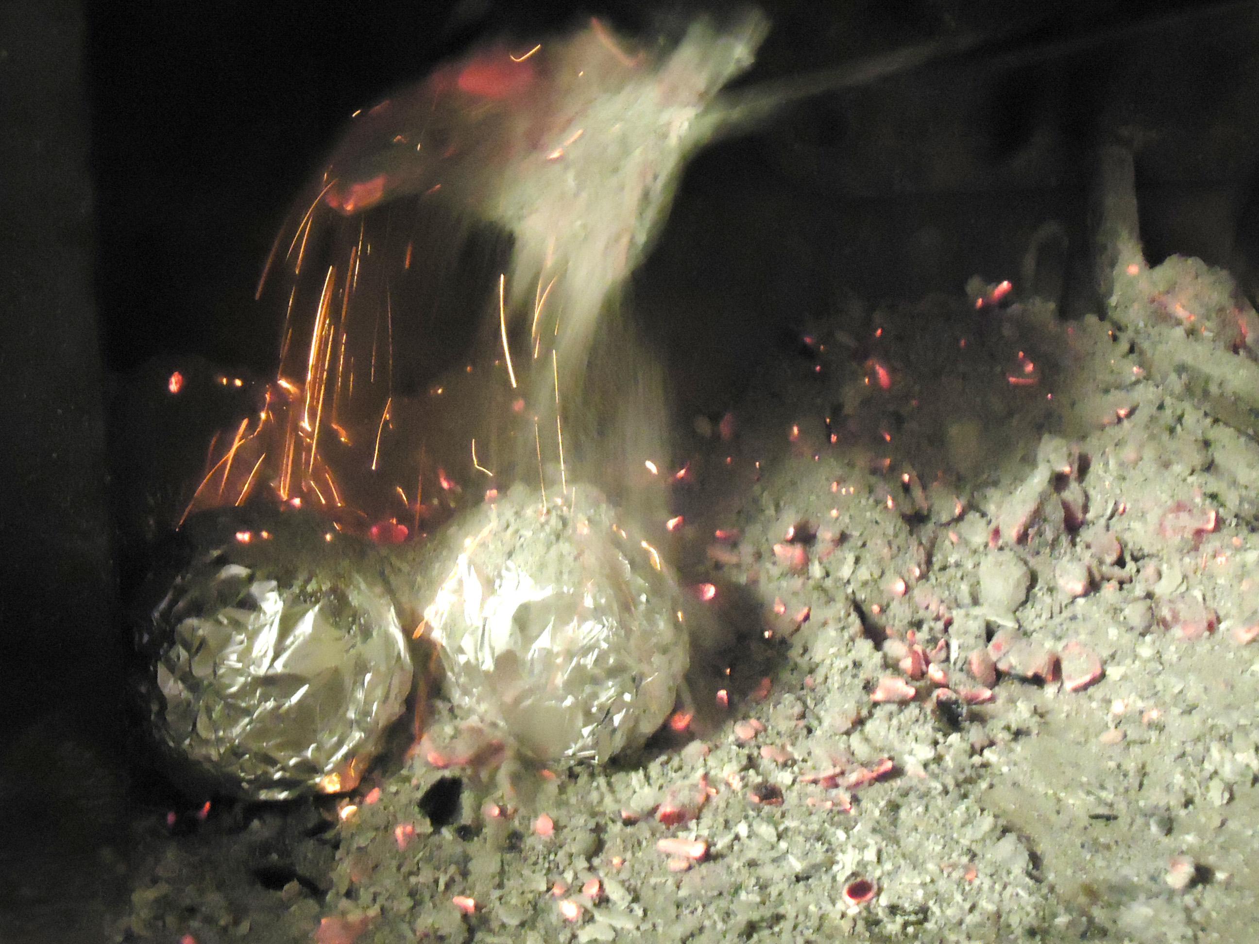 Mele cotogne cotte sotto la cenere - cenere
