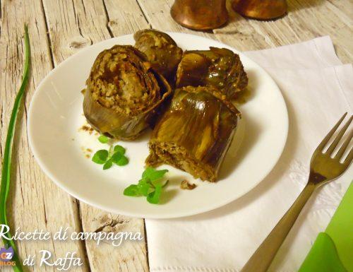 Carciofi in pentola ripieni con pangrattato, aglio fresco e mentuccia