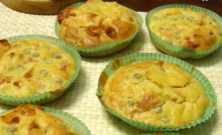 Muffin salati di piselli con cotto e formaggio scamorza