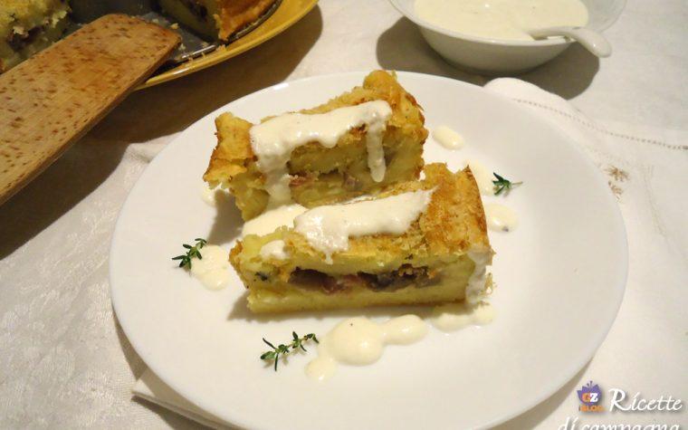 Ciambella di patate ripiena di funghi e salsiccia con crema di formaggio