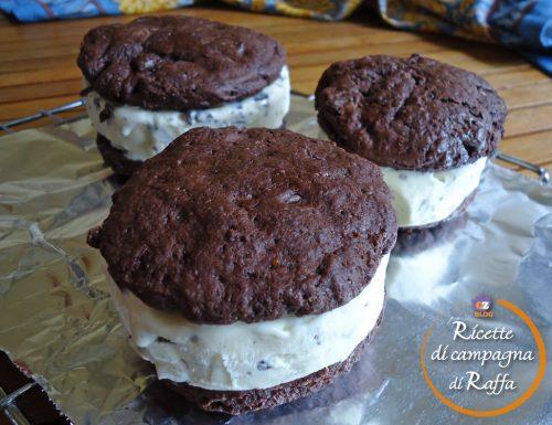 Biscotti al cioccolato con gelato alla crema