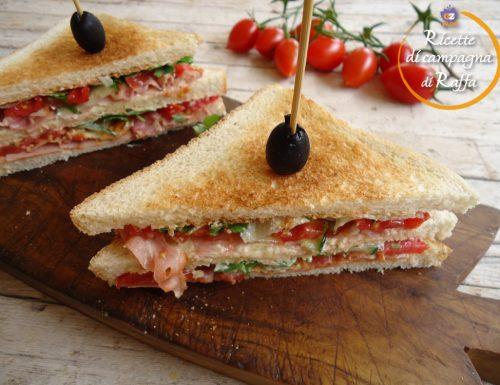Club sandwich con cotto, bacon e scamorza