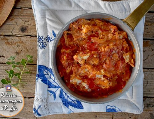 Uova strapazzate in brodetto: ricetta della tradizione marchigiana.