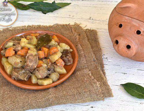 Spezzatino di maiale e verdure al forno nel maialino