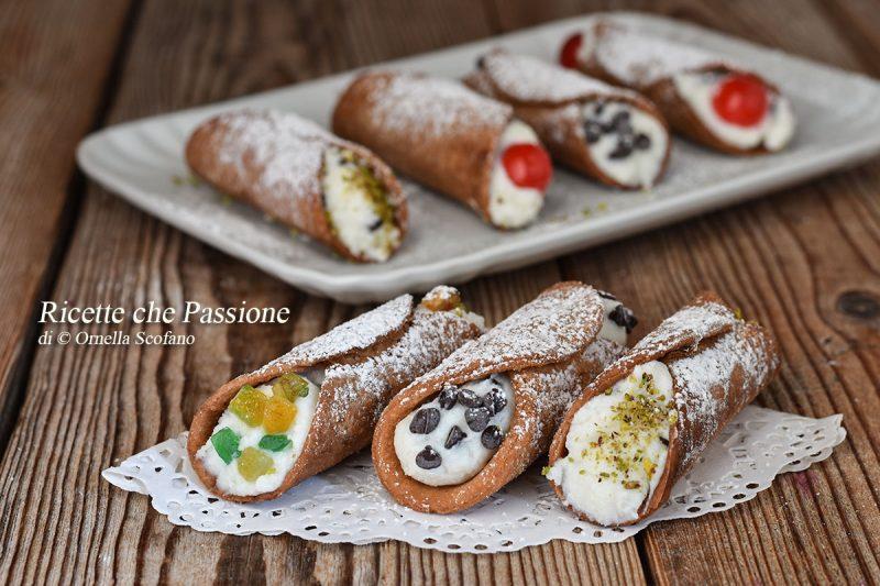 Cannoli siciliani fatti in casa con crema di ricotta