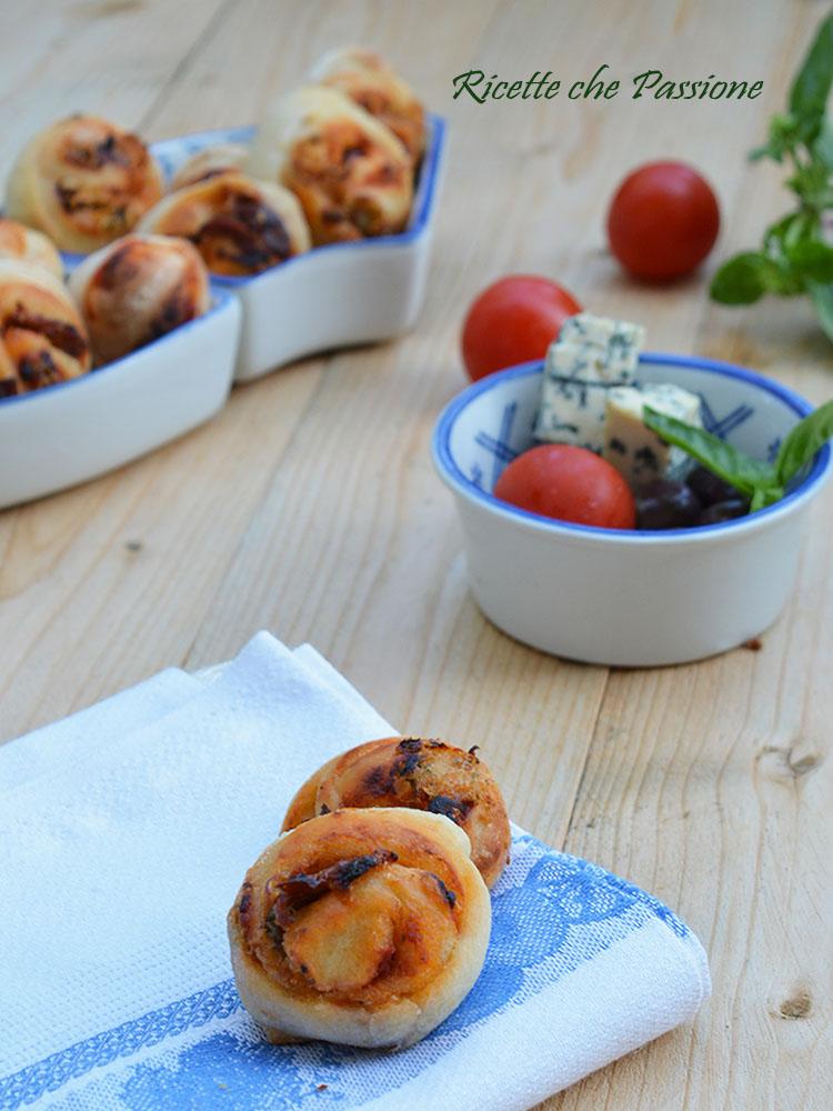 Girelle di pane con gorgonzola e olive