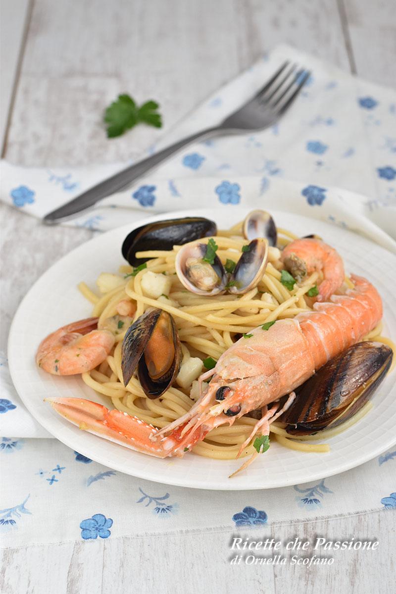 spaghetti ai frutti di mare con scampi