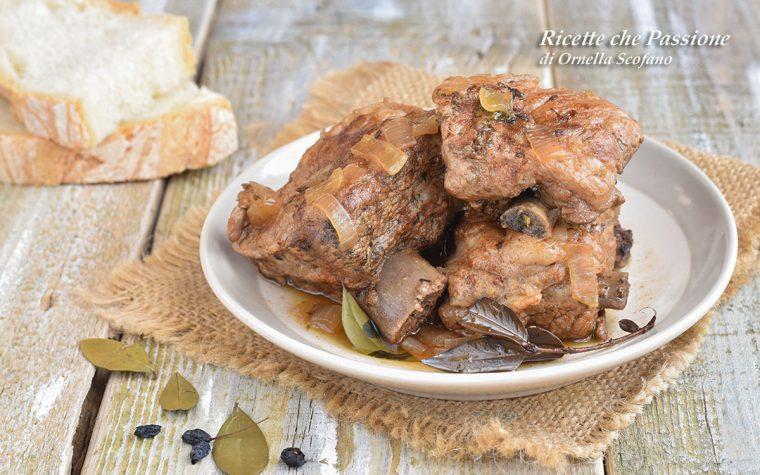 Costine di maiale in padella al vino