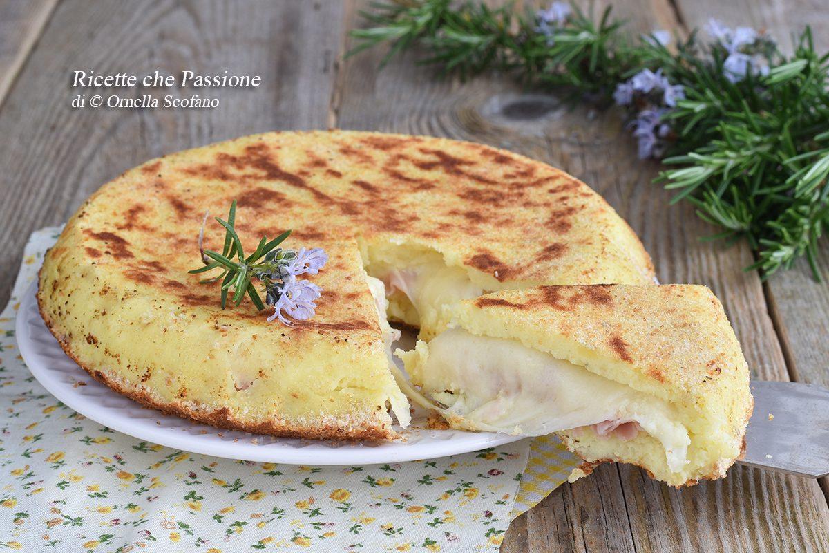 torta di patate in padella con prosciutto e provola filante