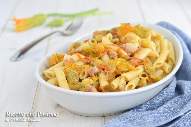 Pasta con fiori di zucca e pancetta arrotolata