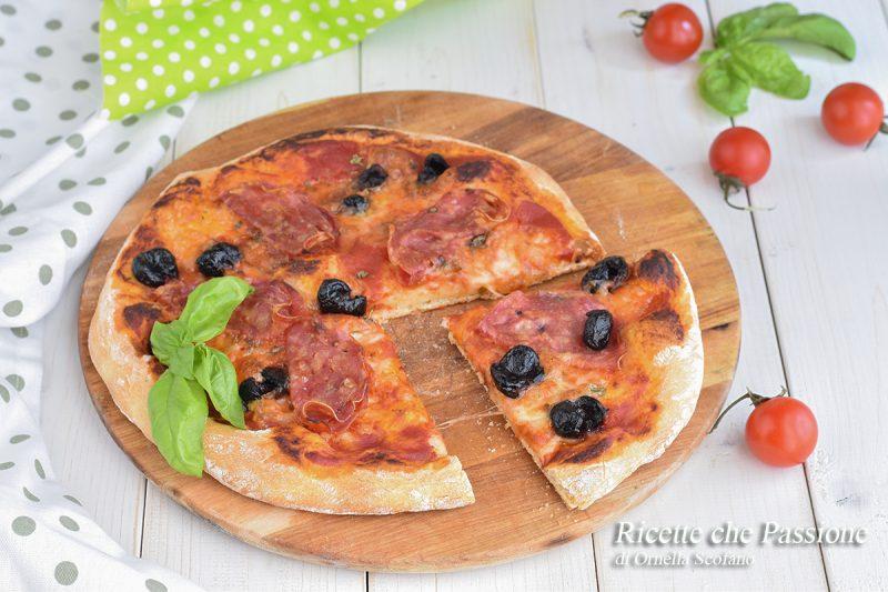 Pizza al salame con impasto ad alta digeribilità