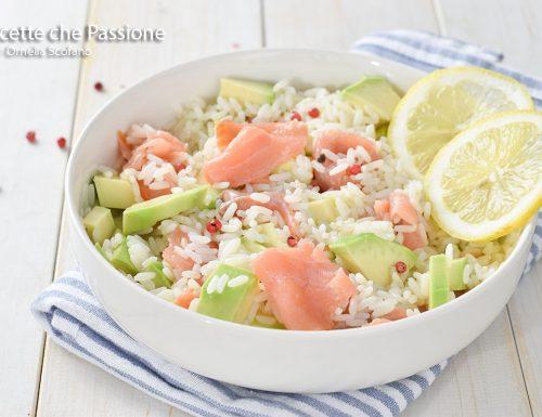 Insalata di riso con salmone affumicato e avocado