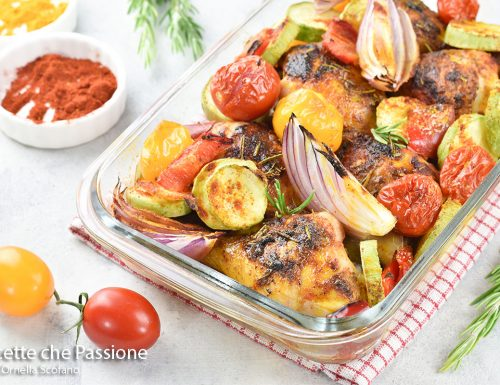 Cosce di pollo saporite con verdure al forno