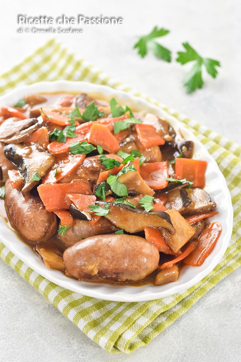 secondo piatto con salsiccia in agrodolce con carote e funghi