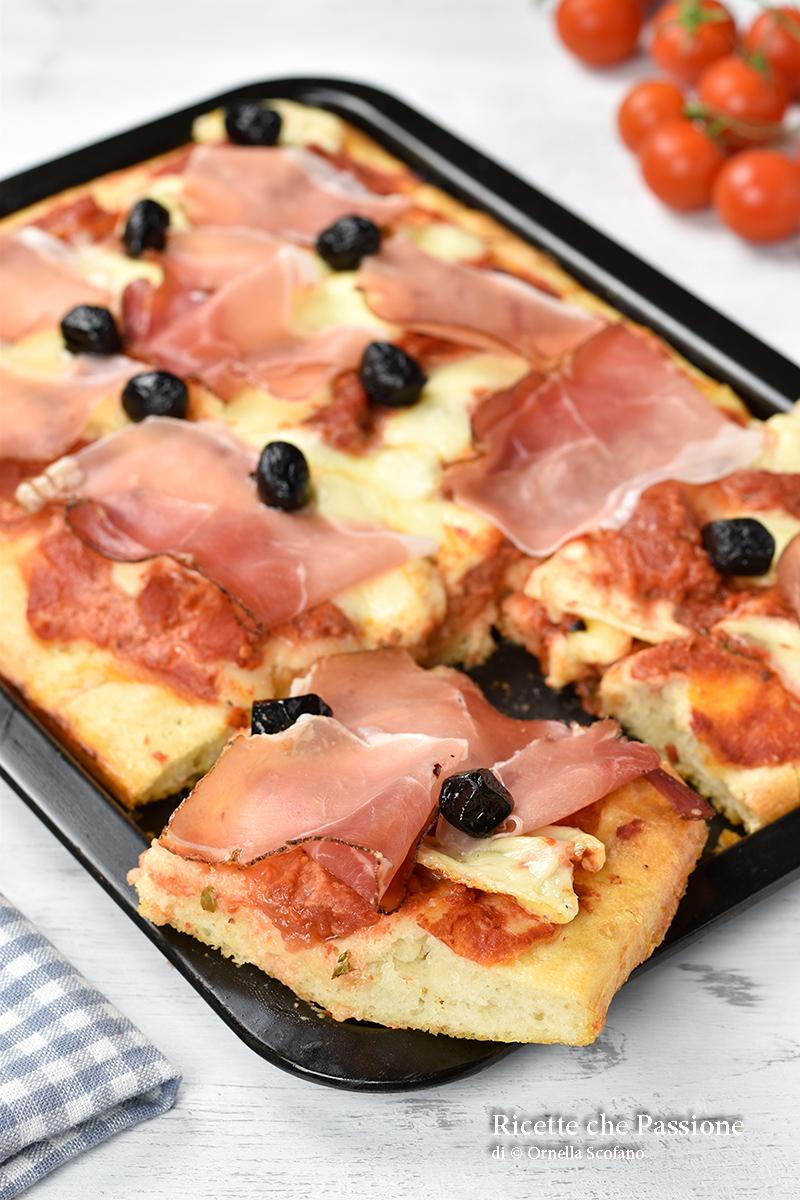 pizza soffice veloce in teglia con speck e olive