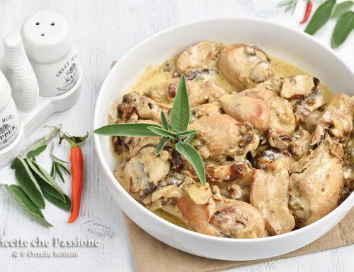 Pollo con panna e funghi in padella