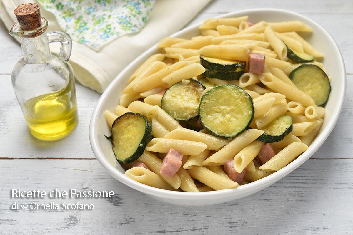 pasta con zucchine in padella e prosciutto cremosa con provola e fontina
