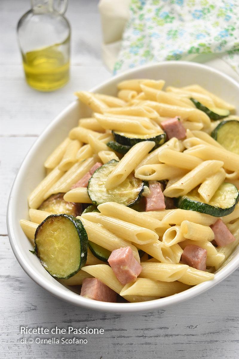pasta saporita con zucchine e prosciutto octto con formaggi misti