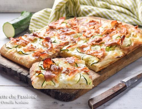 Pizza con zucchine speck e provola affumicata