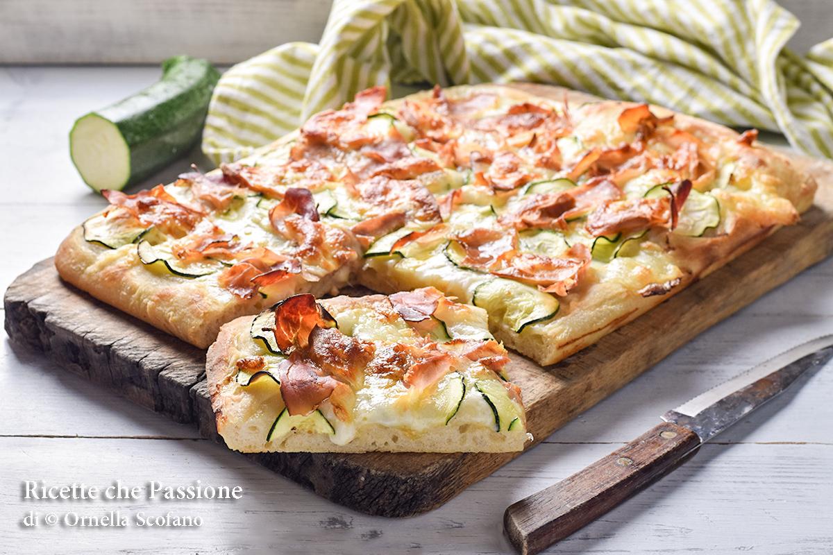 pizza in teglia pizza con zucchine speck e provola affumicata
