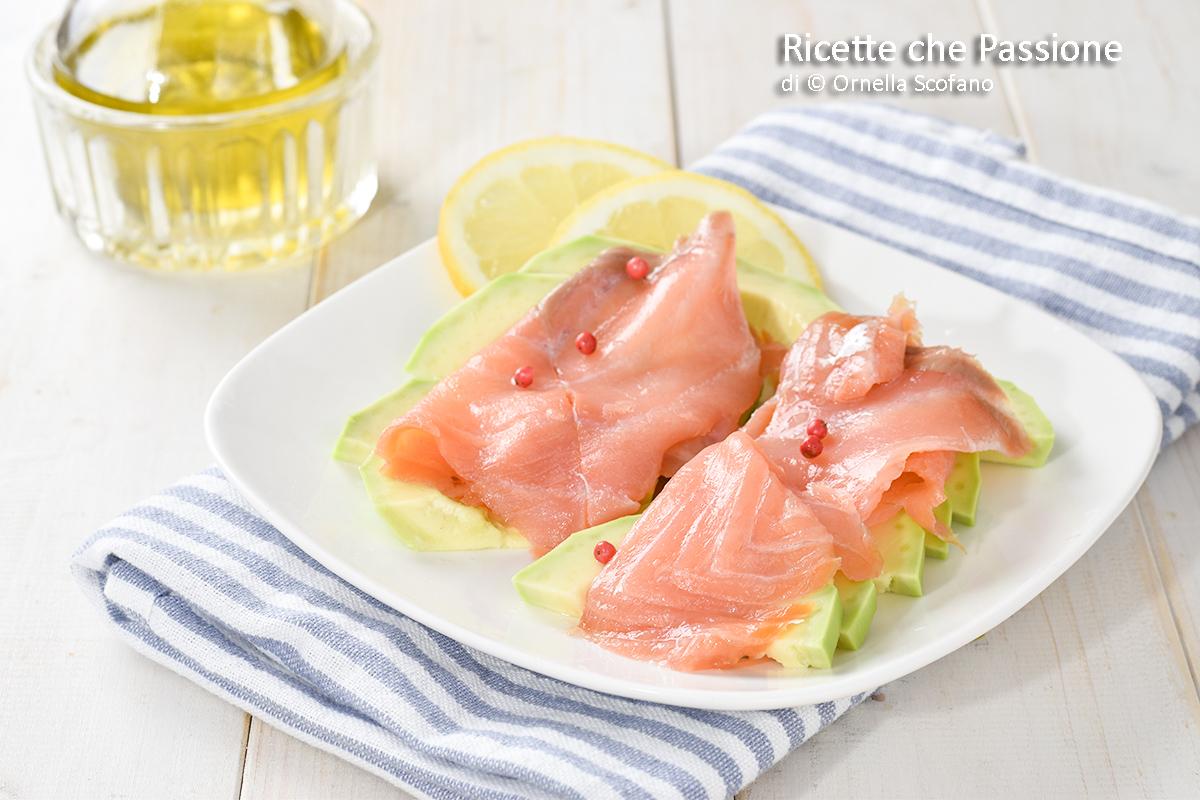 fresco antipasto di salmone affumicato con avocado