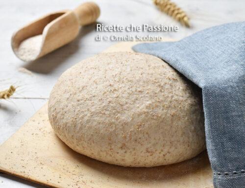 Impasto con farina integrale per pizza o pane