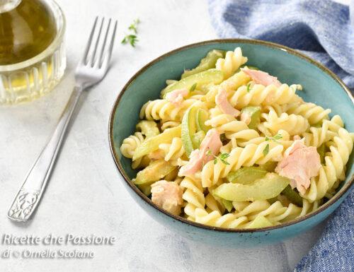 Pasta fredda con zucchine e salmone sott'olio