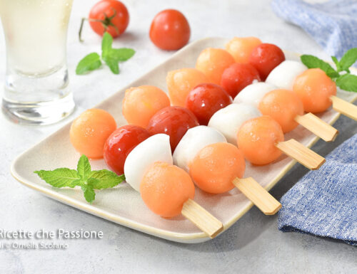 Spiedini freschi di melone e mozzarella