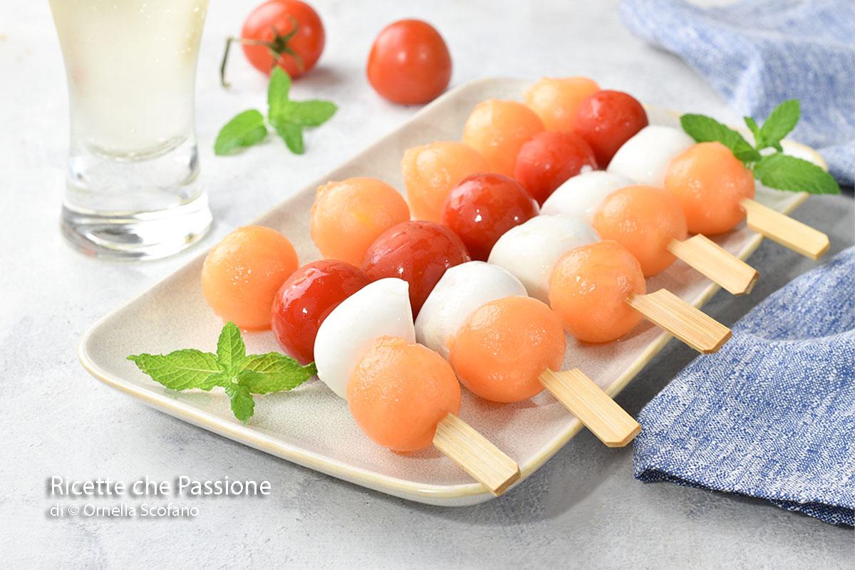 ricetta fresca per l'estate spiedini freschi di melone e mozzarella