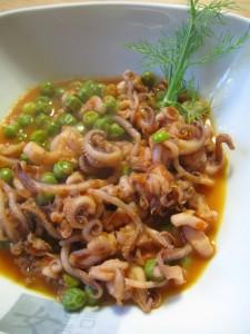 Piatto di calamari con piselli