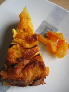 Fetta di torta morbida alle mele e carote servita con marmellata di arance