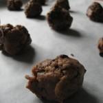 I biscotti con gocce di cioccolato pronti per la cottura