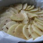 La torta di mele pronta per essere infornata