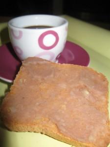 Crema di castagne spalmata su fetta biscottata con un buon caffè