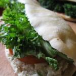 Panino con ricotta, pomodorini e insalata