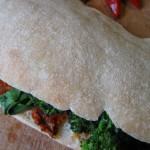 Pane arabo con 'nduja e broccoli