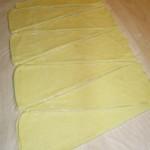 Il taglio dei triangoli per i croissant di pan brioche