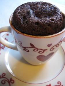 Torta in tazza al cacao appena uscita dal forno microonde
