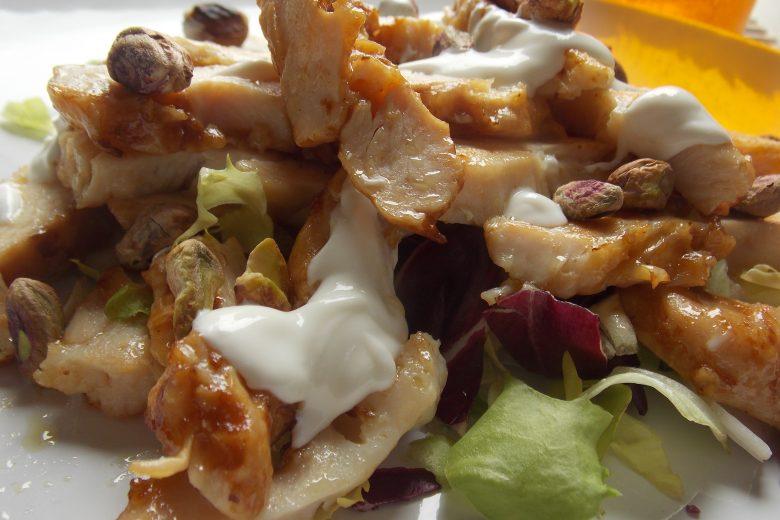 Tagliata di pollo con pistacchi e salsa delicata