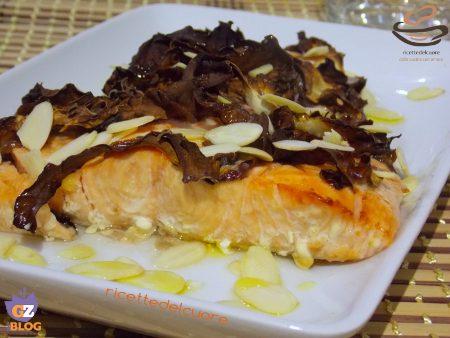 Filetto di salmone al radicchio rosso mandorle e aceto di mele