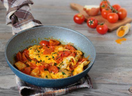 Petti di pollo con cipolla pomodorini e curcuma