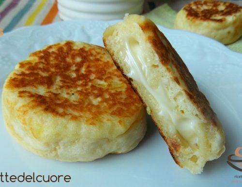 Focaccine di patate in padella ripiene al formaggio
