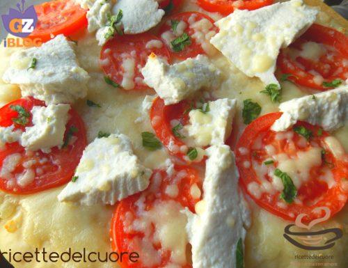 Pizza con ricotta fresca e pomodori a fette