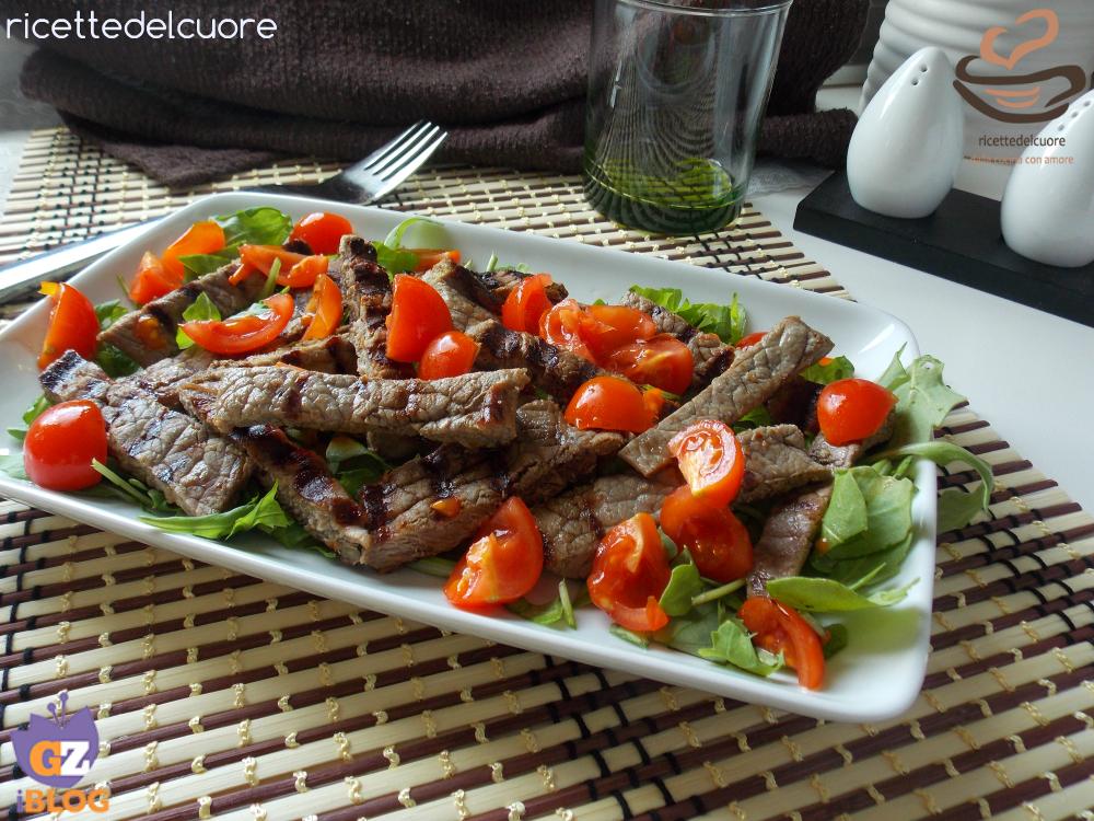 Tagliata di manzo alla griglia con rucola e pomodorini