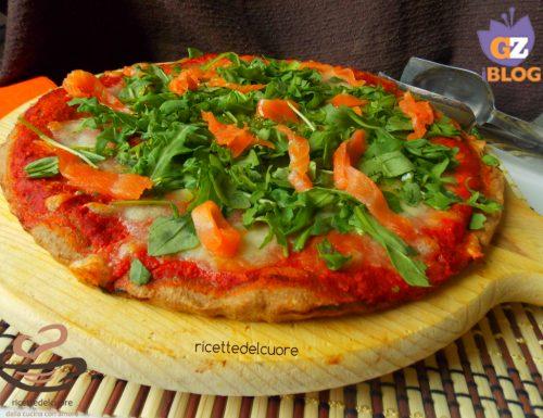 Pizza con impasto integrale al  salmone e rucola