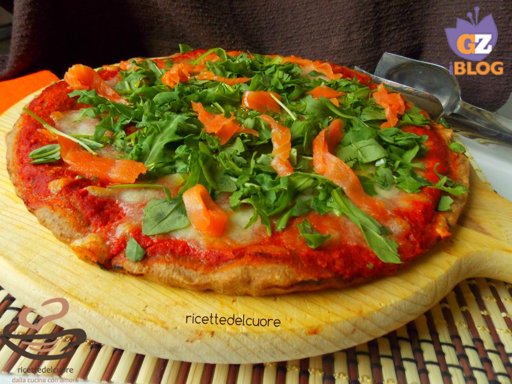 Pizza con impasto intregrale al  salmone e rucola