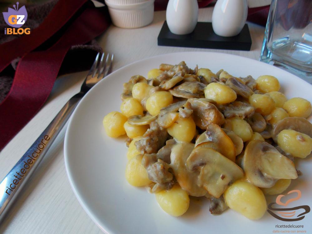 Gnocchi con funghi e salsiccia e panna